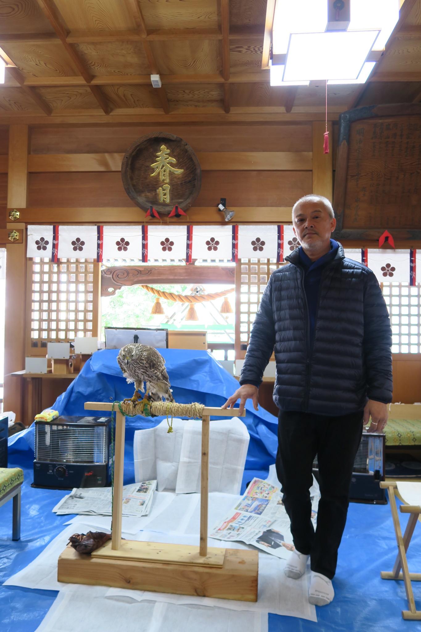 始めて行われた拝殿内に鷹を招いての祈願祭